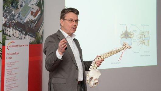 Chefarzt Dr. Willi Kretzmann referierte bei der Abendsprechstunde in der Klinik am Park über Rückenschmerzen.