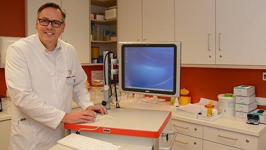 Chefarztc Dr. Ludwig am Laptop