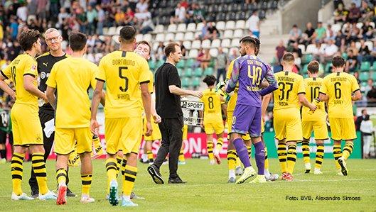 Dr. Markus Braun im Gespäch mit BVB-Spielern
