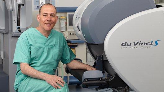 Chefarzt Dr. Frank Schmolling am DaVinvi Operationsroboter