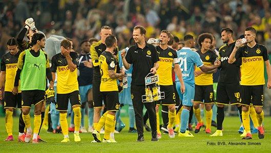 Dr. Markus Braun mit BVB-Spielern auf dem Platz
