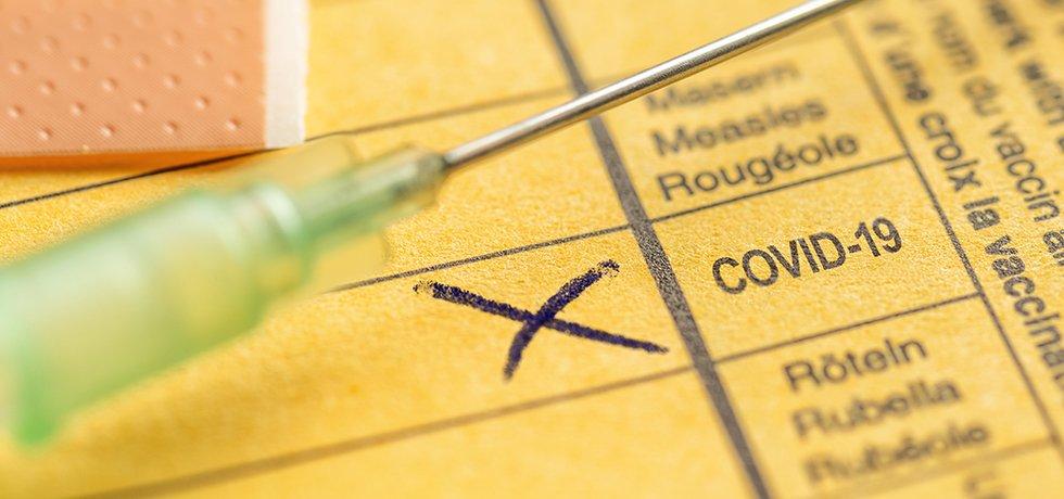 Gelber Impfpass mit Eintrag einer Covid-19-Impfung