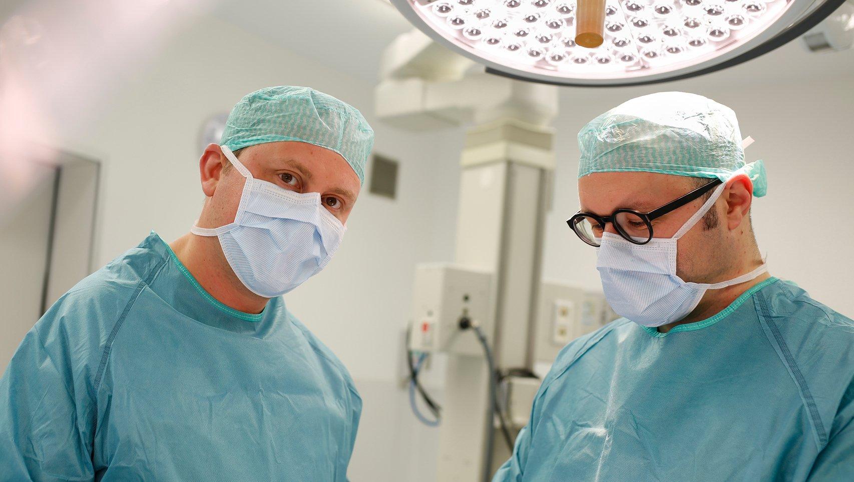 Prof. Dr. Krämer und PD Dr. Sorg im OP