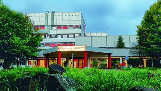 Ansicht des Knappschaftskrankenhauses Lütgendortmund mit dem Hauptzugang.