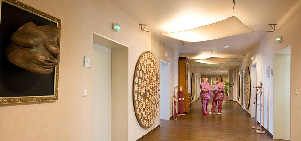 Während der aktuellen Coronapandemie bietet das Klinikum Westfalen werdenden Eltern eine virtuelle Kreißsaalführung durch die Kreißsäle des Knappschaftskrankenhauses Dortmund an, um die Frauenklinik und ihre Abläufe besser kennenzulernen. Bild: Blick in den Flur des Kreißsaals mit 2 Hebammen.