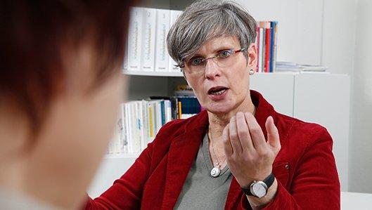 Symbolbild: Gesprächssituation zwischen einer Therapeutin und einem Hilfesuchenden.