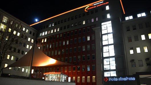 Das Knappschaftskrankenhaus Dortmund ist orangefarben beleuchtet.