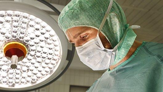 Chefarzt Dr. Schmitz während einer Operation