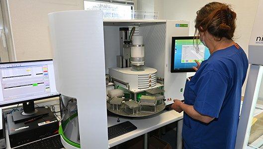 Laborleiterin Gabriele Henning mit dem neuen Proben-Extraktionsgerät