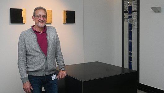 Uwe Heubach am Altar im Raum der Stille am Knappschaftskrankenhaus Dortmund