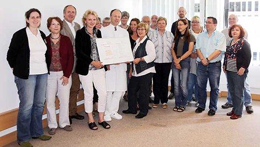 Gruppenbild mit Urkunde: als erste Klinik in Dortmund erhielt das Krankenhaus Lütgendortmund die Auszeichnung  - Selbsthilfefreundliches Krankenhaus.