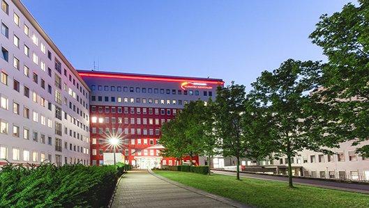 Ansicht des Knappschaftskrankenhauses Dortmund mit dem Hauptzugang.
