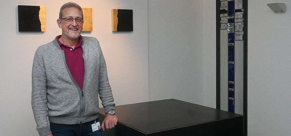 Seelsorger Uwe Heubach steht am Altar im Raum der Stille am Knappschaftskrankenhaus Dortmund