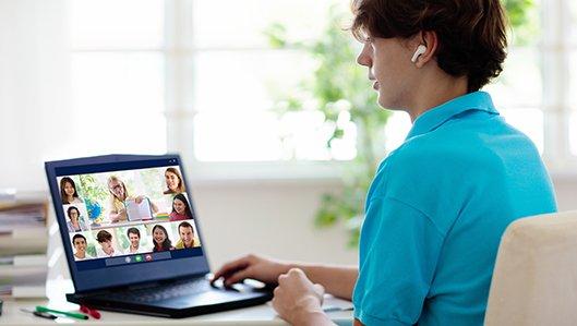 Ein Jugendlicher nimmt über sein Laptop an einem Webex-Meeting teil.