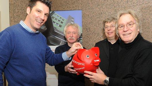 Dr. Christian Kollorz füllte für das Hellmig-Krankenhaus das Spendenschwein der Initiative