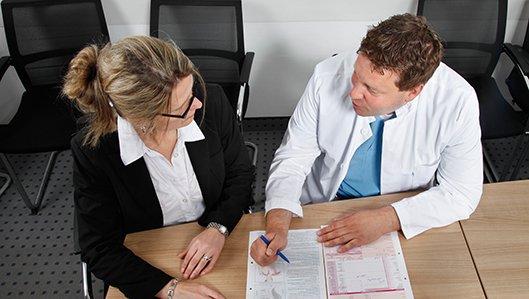 Klinik für Anästhesiologie und Intensivmedizin - ein Arzt der Anästhesie bei einem Aufklärungsgespräch mit einer Patientin.