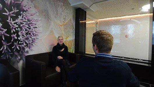 Eine Patientin im Gespräch mit einem Besucher in der Lounge der Premiumstation im Knappschaftslrankenhaus Dortmund