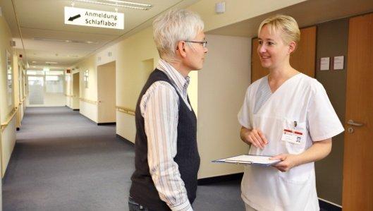Mitarbeiterin im Gespräch mit einer Patientin