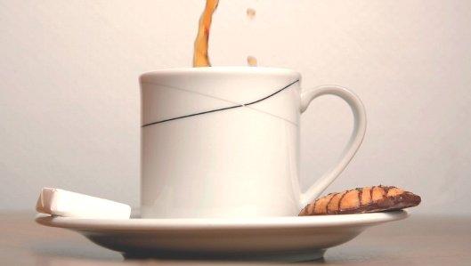 Symbolbild: eine Tasse Kaffee mit einem leckeren Keks.