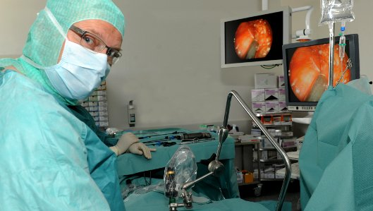 Chefarzt Dr. Burkhard Thiel bei einer Lungen OP