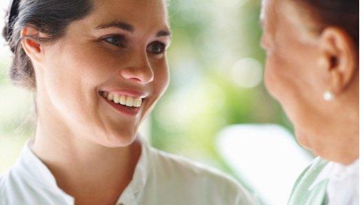 Lächelnd begüßt eine Ärztin der Klinik am Park Lünen eine ältere Patientin.