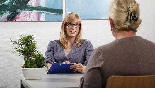 Aufnahmegespräch mit einer Patientin und einer Mitarbeiterin der Aufnahme