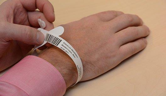Neue Patientenarmbänder erhöhen Sicherheit  im Hellmig-Krankenhaus
