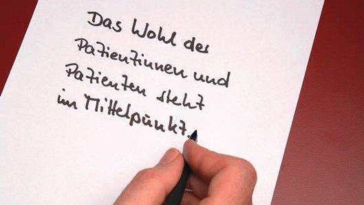 Lob & Kritik - Symbolbild mit handgeschriebener Notiz - Das Wohl der Patientinnen und Patienten steht im Mittelpunkt