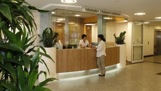 Gespräch einer Patientin mit Infomitarbeiterin an der Information und Aufnahme in der Klinik am Park Lünen