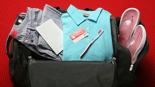 Vorbereitung - Symbolbild: eine gepackte Reisetasche für den Klinikaufenthalt.