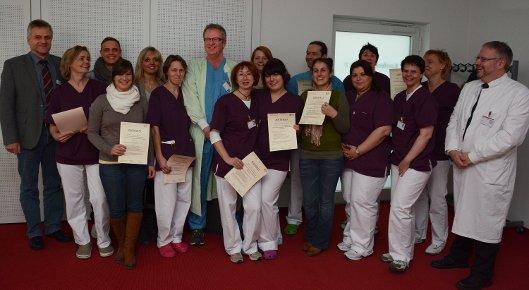 Zur bestandenen Abschlussprüfung und der Übergabe der Zertifikate gratulierten Klinikleiter Christian Scholz und der ärztliche Leiter Marcus Rottmann.