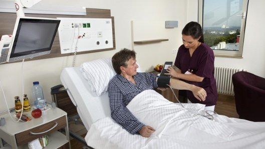 Eine Pflegerin misst im Knappschaftskrankenhaus Dortmund einem Patienten den Blutdruck.