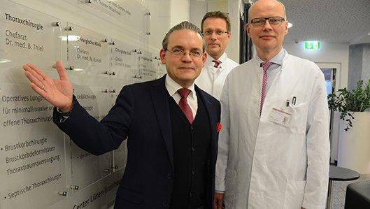 Freuen sich gemeinsam über die neue Thoraxchrirurgie: Stefan Grave, Krankenhausleiter, Dr. Clemens Kelbel, Chefarzt und Dr. Burkhardt Thiel, Abteilung für Thoraxchirurgie