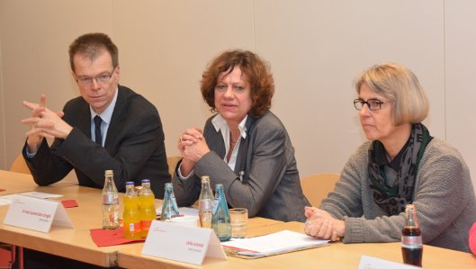 Viel Lob gab es für die Umsetzung eines wegweisenden Schmerztherapiekonzeptes im Klinikum Westfalen von den Visitorinnen Dr. Susanne Stehr-Zimgibl (Mitte) und Ulrike Schmid. Links im Bild: Schmerzmediziner Dr. Thomas Hofmann