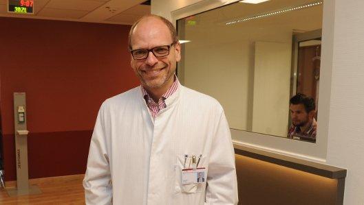 Chefarzt Dr. Ritter auf der neuen Station für Onkologie