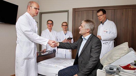 Chefarzt der Klinik für Thoraxchirurgie, Dr. Burkhard Thiel, bei der Visite