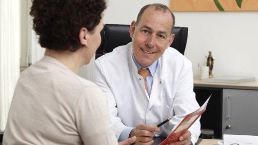 Chefarzt Dr. Schmolling im Beratungsgespräch