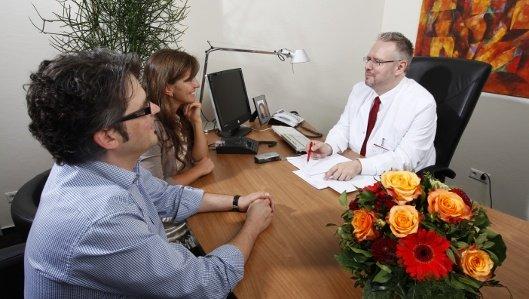 Chefarzt Dr. Rottmann in einer Beratungssituation