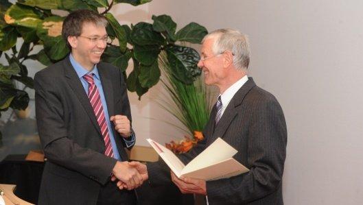 Geschäftsführer Andreas Schlüter übermittelt Herrn Dr. med. Goesta Schimanski persönlich seine Glückwünsche zum 30 jährigen Jubiläum